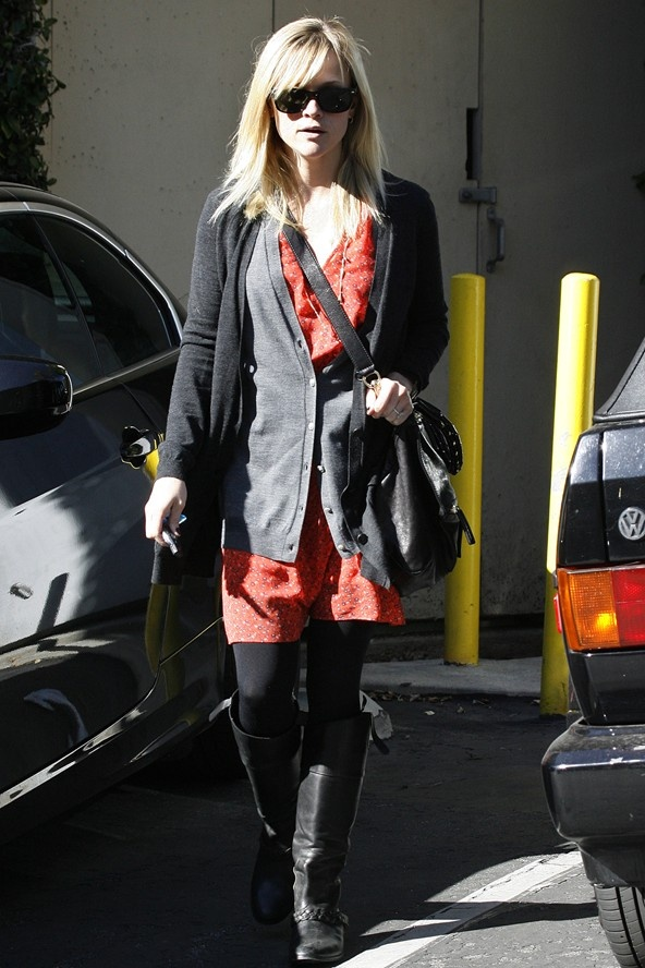Rotes Kleid Riding Boots Black Tights Cardigan.