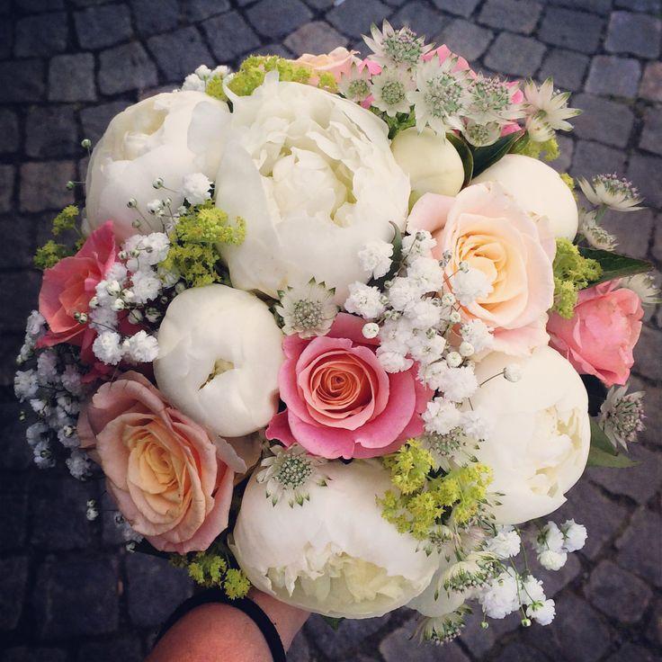 Brudbukett med pioner rosor.