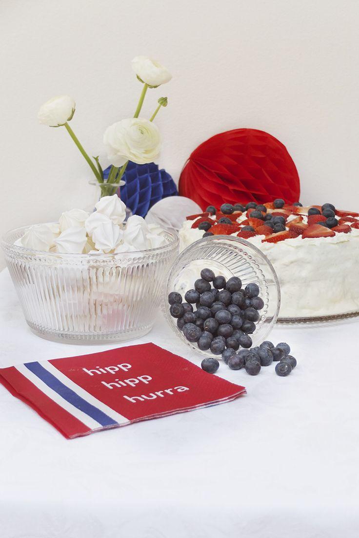 #kremmerhuset #17mai #hipphurra #pompoms #pomponger #rødthvittogblått #skål #servering #kake #cake #celebration #nationalday #feiring #blåbær #stilleben #interior #interiør #husoghjem #pikekyss