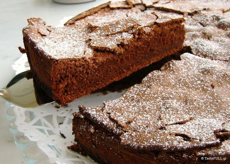 Έψαξα πολύ πριν γράψω αυτό το άρθρο. Στο μυαλό μου γύριζαν οι αυθεντικές γαλλικές συνταγές για fondant, moelleux, gâteau, soufflé au chocolat και οι συνταγές που κυκλοφορούν για σουφλέ, σοκολατόπιτα, μπράουνις ή κέικ σοκολάτας στην Ελλάδα. Fondant (φοντάν) σημαίνει ρευστό και λέγεται έτσι το σοκολατένιο γλυκό (fondant au chocolat) που είναι εξωτερικά ψημένο ενώ στη …