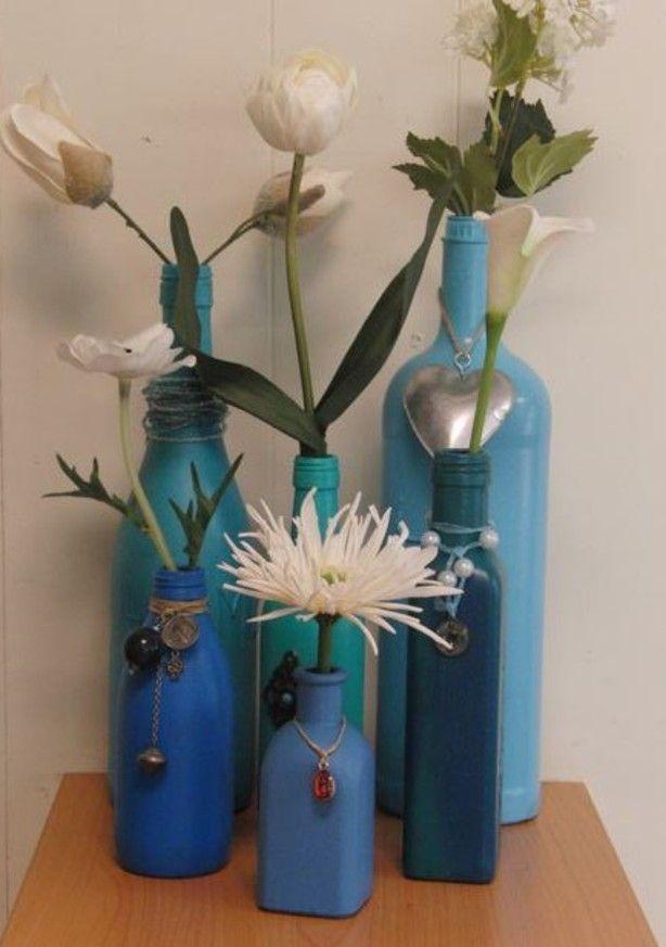 flessen met acrylverf geschilderd (al die leuke plaatjes van de binnen kant schilderen.... lukte niet) Flessen goed schoonmaken, verf dik opzetten (want een tweede keer schilderen is ook moeilijk) versieren, bloem erin en klaar!