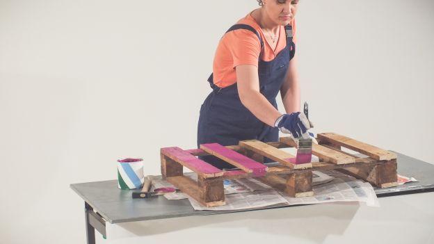 Creare una scarpiera grazie al riuso creativo, come? Con l'aiuto di un materiale speciale, il pallet!