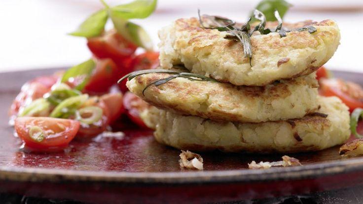 Locker und leicht: Kartoffel-Kohlrabi-Puffer mit Tomatensalat | http://eatsmarter.de/rezepte/kartoffel-kohlrabi-puffer