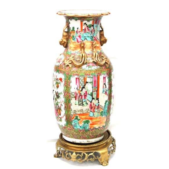 Vaso Balaustre FAMÍLIA ROSA, fins do período Qianlong ( 1730-1740 ),     Época Louis XV ( 1750-1760 ). Atribuído ao século XVIII.<br />Qing Dynasty (1644-1912.) Gargalo com figuração em alto relevo de dragões e Cães de Fó. <br />Todo o vaso profusamente esmaltado em cenas do cotidiano das Gueixas. Duas reservas colaterais com borboletas, aves do paraíso, peônias, pêssegos, romãs. Abertura ao fundo, bem como da peanha.<br />ALTURA: 36 cm. consta peanha em bronze lavrado:7x17x17 cm<br…