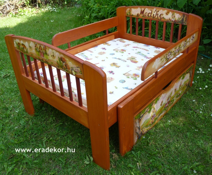 Medike névreszóló tömörfenyő festett hosszabbítható gyerekágy ágyneműtartóval, leesésgátlóval. Fotó azonosító: AGYMED12