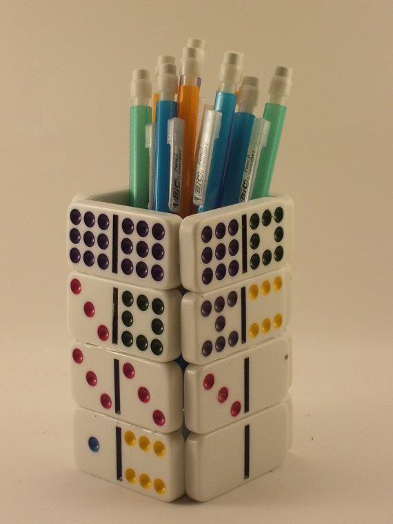 Porta-lápis fácil de ser feito, mas não menos lindo.  Se falta peças no dominó, é só colar e    tá feito...uma reciclagem!