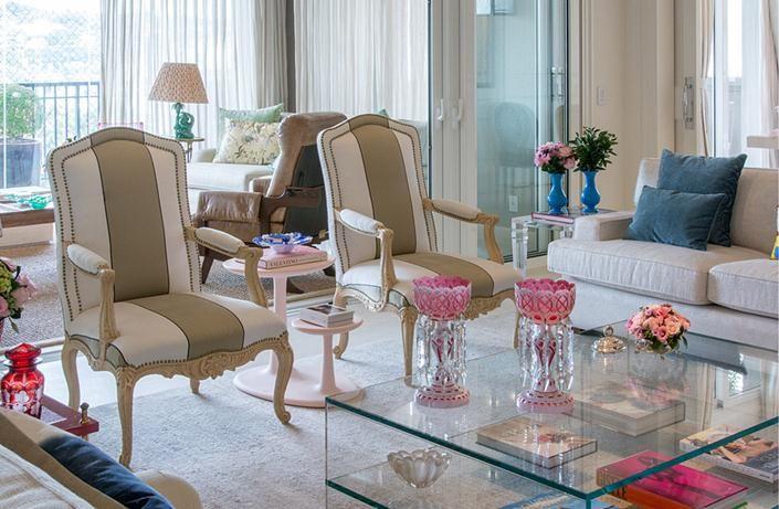 Décor living com mesa de centro de vidro no apartamento de Tamara Rudge.