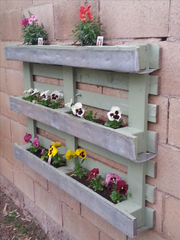 Best 25 pallet flower box ideas on pinterest wood for Flower beds out of pallets