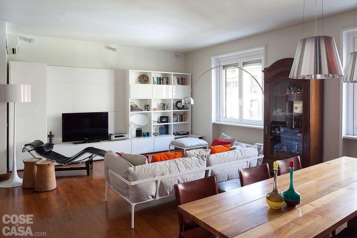 Con un nuovo doppio soggiorno, che dà ampio respiro agli interni, l'appartamento di 90 mq è stato ristrutturato sfruttando al meglio anche il terrazzo. E nell'arredo il design è in primo piano.