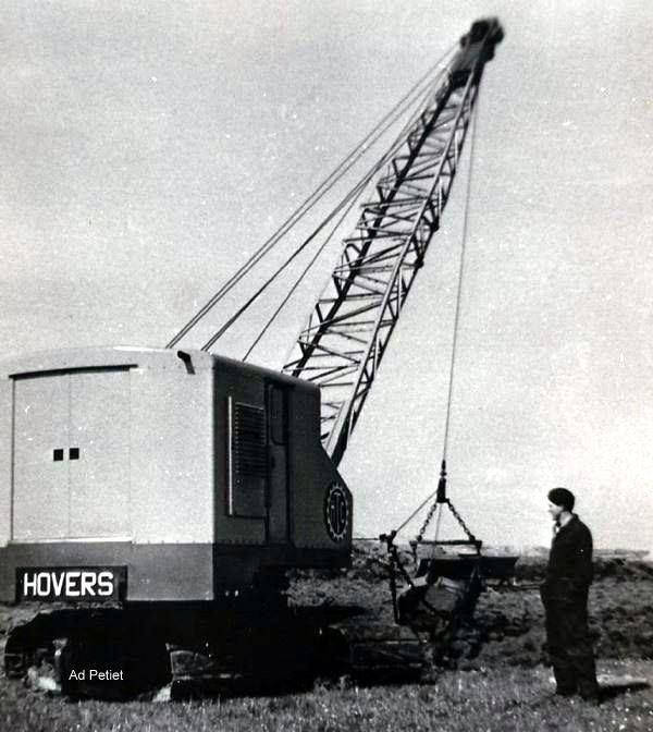 foto van.Ad Petiet. Hier nog een Hovers M 60 H. van M.Uil Middelburg tijdens verkavelingswerk 1958 Tholen.