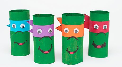 Tortues ninja avec des rouleaux de papier toilette