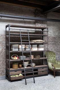 vintage boekenkast met trap