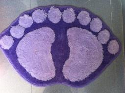 Alfombra para baño con forma de pies en morado.  *Medida: 40 x 60 cm.    *Gomas antideslizantes en la base.    *lavar en frio.    *lavar en lavadora.  Más info en http://www.entucasamecole.com