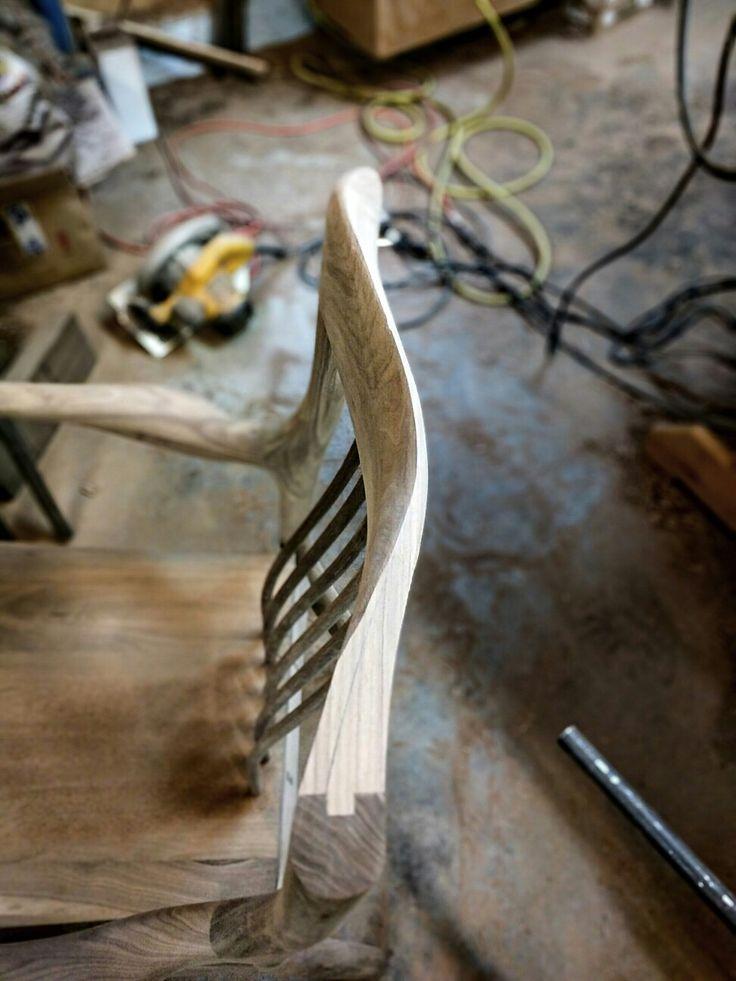Façonnage de l'appui-tête de la chaise LOIC.  #chaise #chair #sculpture #noyer #walnut #Poisson #diningchair #chaisedecuisine #handmadechair