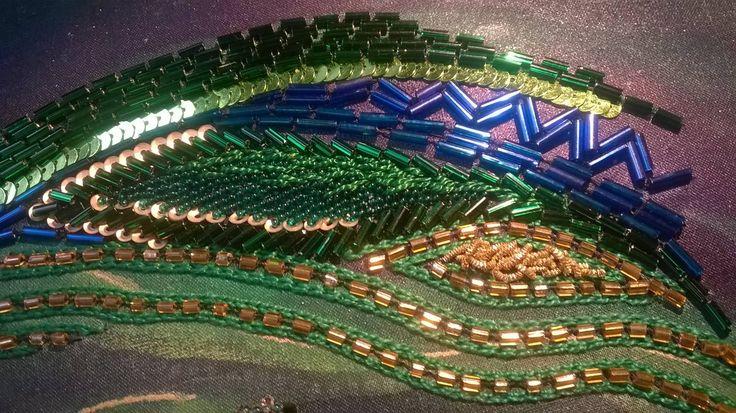 MONIQUENWERK pauwblauw01, detail van waar ik nu mee bezig ben, pauwblauw, groen en goudwerk