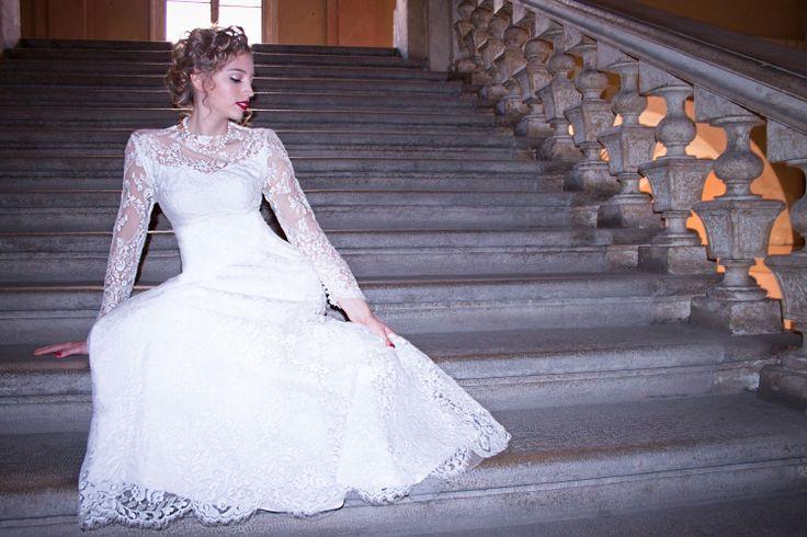 Romantica, affascinante e da ammirare. In una parola, una #sposa BELLISSIMA. Al tuo #matrimonio indosserai l'abito che ti ha commosso sin dalla prima prova: come renderlo ancora più speciale? Ti consigliamo un'acconciatura semplice ma elegante per mettere in risalto il tuo viso e i ricci per un effetto indimenticabile.  Per realizzare la messa in piega sono stati utilizzati: art 402 http://hairartitaly.it/portfolio/conic-iron/ art 718 http://hairartitaly.it/portfolio/topsytail/
