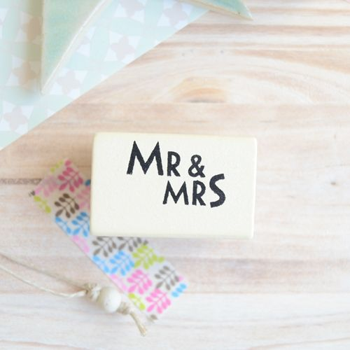 Sello de madera y caucho con las palabras Mr and Mrs. Medida del sello: 4cm x 2.5cm - See more at: http://honeypoppies.com/sellos-de-madera/245-sello-madera-mr-and-mrs.html#sthash.yRPluBWz.dpuf