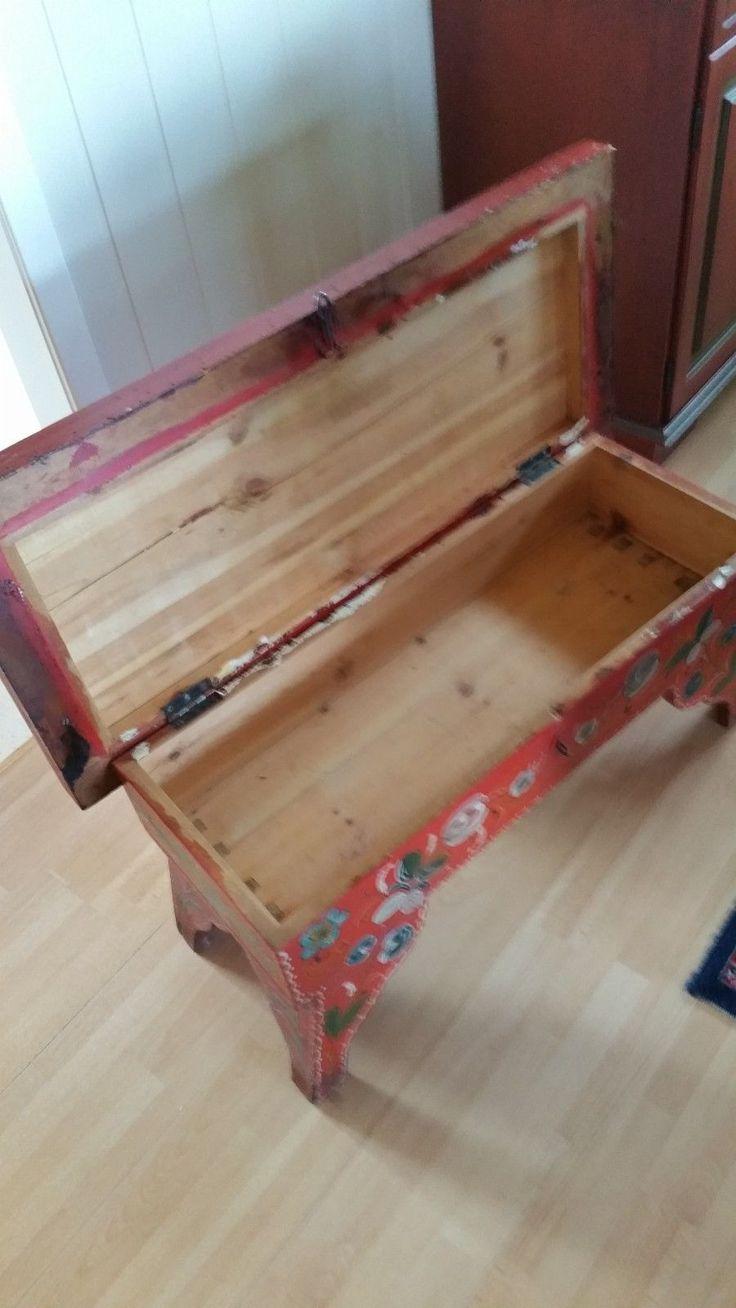 Hyttemøbel. Gammelt bondemøbel, rosemalt krakk med oppbevaringsrom. Kan også brukes som bord, sittebenk eller Tv-benk. Mål 0.90 x 0.42 høyde 0.43 Må hentes.