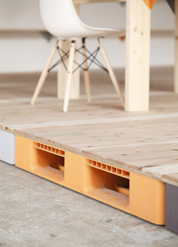 BRILLIANT !!!!!!!!!!!!!!!!!!! Plastic palette raised floor / プラスチックパレット | OA floor consists of the plastic palette units covered with the wood panel. Cables to every direction are concealed in the units by passing through that. We can use it by taking cables from the inspection doors which are set on every unit. | プラスチックの物流パレットでOAフロアを構築し内部にケーブルを通すことで、各所の点検口から取り出して使用可能です。