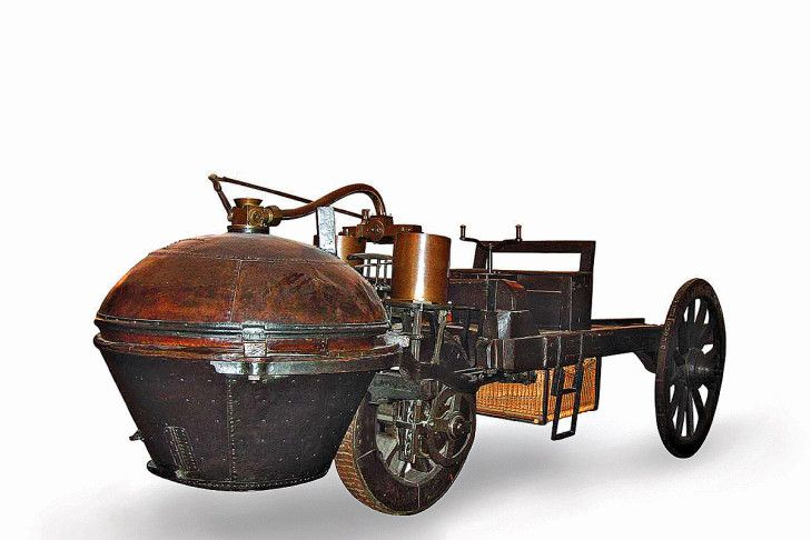 more than 100 years before the first car! 1769 designed the Frenchman Nicolas-Joseph Cugnot this steam-driven coach who managed eight km / h. Today at the Conservatoire National des Arts et Métiers (Paris) to visit.
