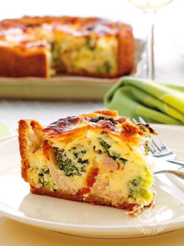 Con la Quiche di pollo e broccoli portate in tavola tutta la raffinatezza di una quiche e il sapore gustoso di una torta salata rustica semplice semplice.