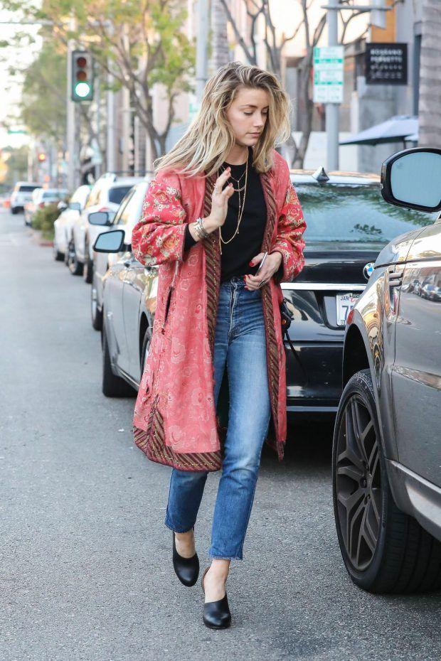 Street look de Amber Heard usando jeans com um quimono estilo robe, deixando o look super cool!
