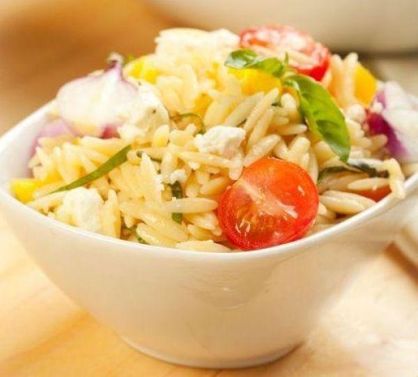 Salata calda cu paste si branza feta