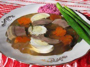 Язык заливной рецепт.Берем говяжий язык, хорошо моем его и опускаем в кипящую воду, туда же кладем лук, морковь, коренья, как при обычной варке мяса.