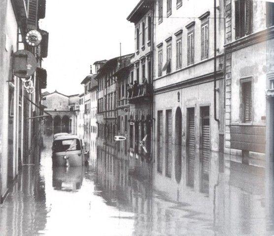 Alluvione_di_Firenze_strada sommersa ALLUVIONE DI FIRENZE – (04/11/1966)
