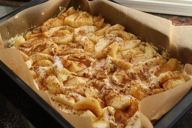 By på eplekake i langpanne - perfekt til kaffe og kos