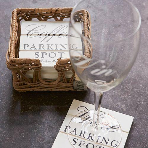 Parking Spot Coasters - - Wij hebben thuis een mooie salontafel van onbewerkt hout waar we heel zuinig op zijn. Vandaar dat  we altijd onderzetters gebruiken voor onze bekers en glazen. Deze parking spots staan in de houder leuk op tafel en door de gezellige teksten voelt iedereen zich welkom bij ons.