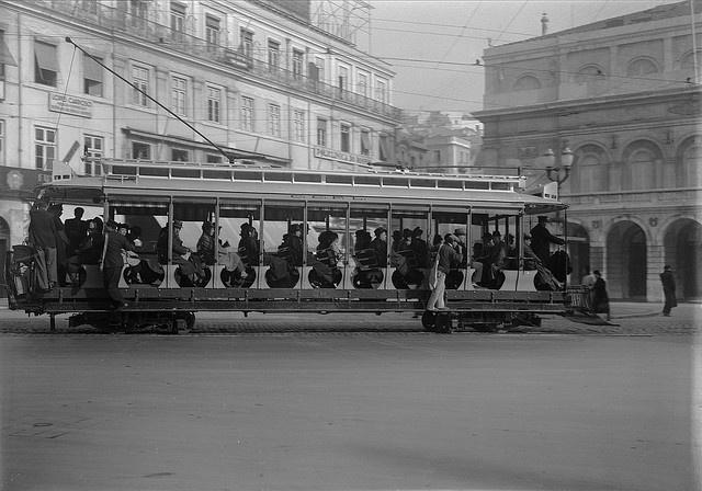Lisboa, Eléctrico «Almanjarra», Largo D. João da Câmara, 1930-1955.  Estúdio de Horácio de Nobvais, inBiblioteca de Arte da F.C.G..