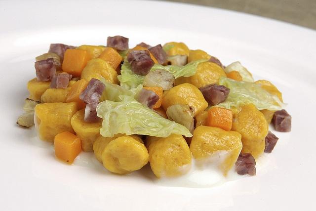 Gnocchi con zucca, castagne, verza, cotechino, crema di caprino di fossa
