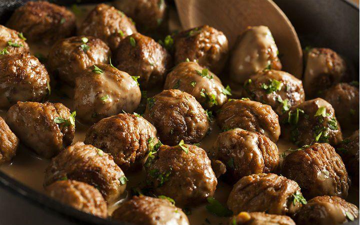İkea köftesi olarak da bilinen soslu İsveç köftelerini, et suyuyla yapılan koyu sosuyla birlikte evinizde de hazırlayabilirsiniz.