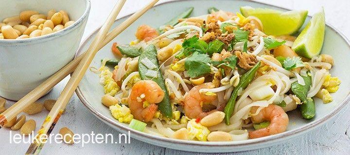 Thais noodle gerecht met een zelfgemaakte pad thai saus, garnalen en peultjes