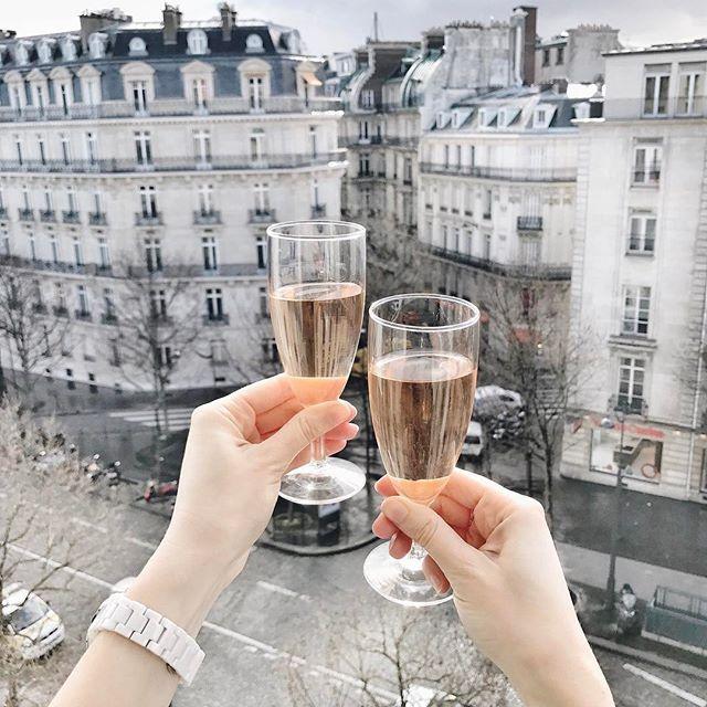 Вторник почти как среда, а среда – это маленькая пятница 🙈🥂Главное найти повод для радости, а в Париже любой день - отличный повод. Чин-чин 😘