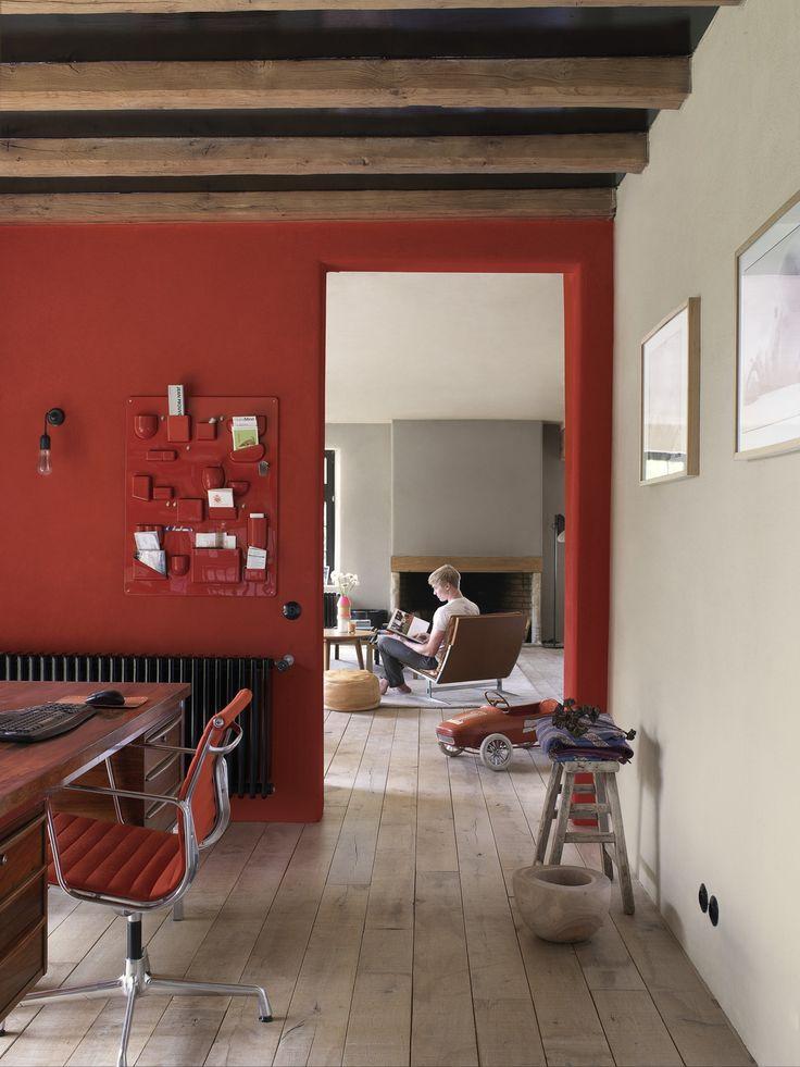 Hier kom je thuis. Het felle rood, gecompenseerd door warm, natuurlijke tinten, geef je het beste van twee werelden: een flinke lik dramatiek die toch heel natuurlijk oogt dankzij de ingetogen, warme tonen. Een plaats om tot jezelf te komen. Kleurgebruik in deze werkkamer: Spacious Grey, Vibrant Red en Urban Taupe.