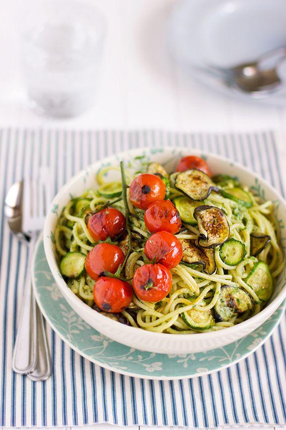 Spaghetti con verdure grigliate e pesto di prezzemolo