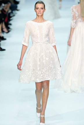 Un bello vestido corto de novia propuesto por Elie Saab en su colección 2013