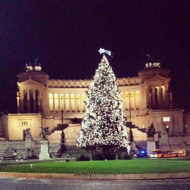 L'albero di Natale davanti all'altare della patria a #Roma