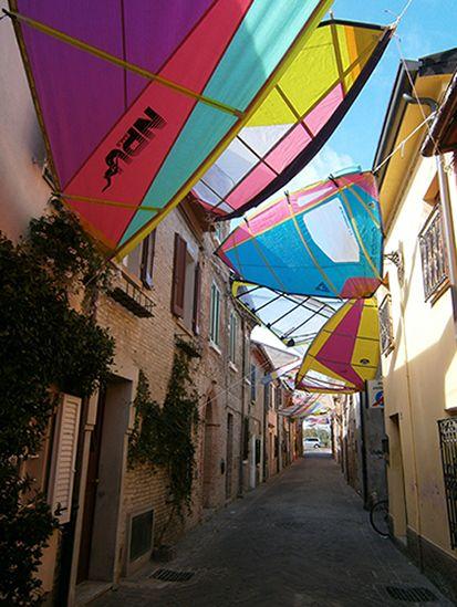 Velas para windsurf, aprovechadas para dar sombra en las calles