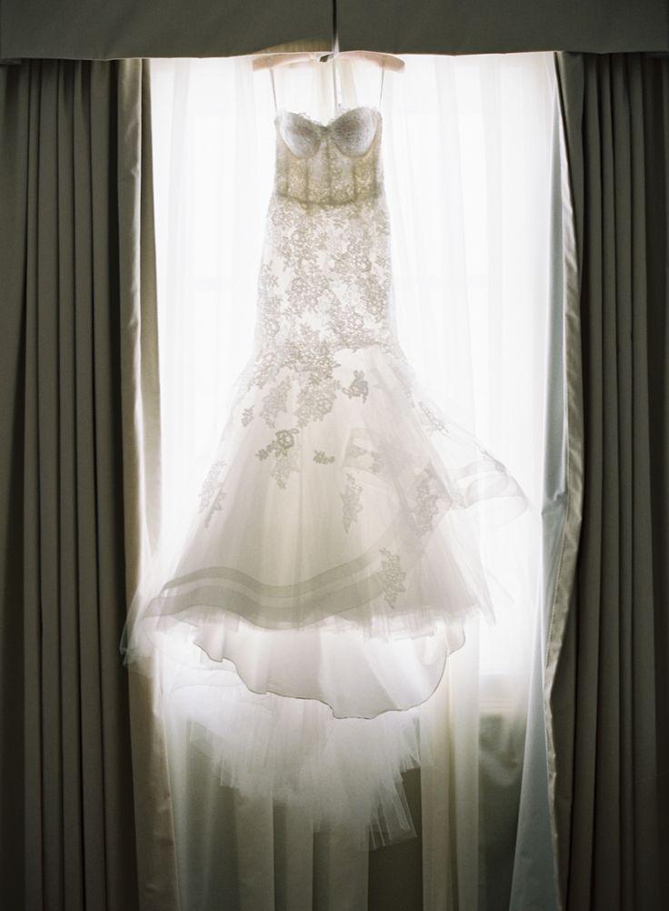 Wedding Dress: Monique Lhuillier - Photography: Caroline Tran - www.carolinetran.net: Vineyard Wedding with the Prettiest Colors : https://www.itakeyou.co.uk/wedding/vineyard-wedding-in-california/