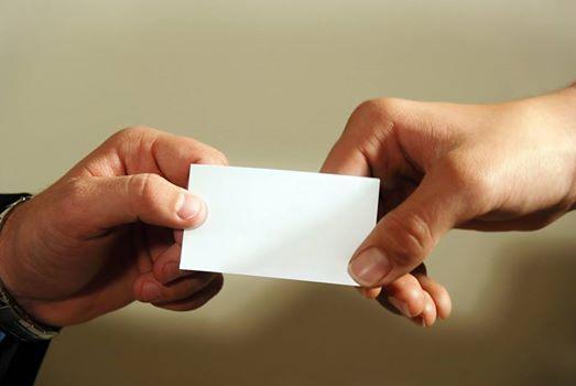 Jak wręczać wizytówki? Wizytówkę przekazujemy drugiej osobie tylko bezpośrednio do ręki, zadrukowaną stroną do góry i odwróconą do odbiorcy. Wymianę wizytówek powinna zainicjować osoba wyższa rangą lub osoba starsza kiedy wręcza wizytówkę osobie młodszej. W relacjach damsko-męskich to kobieta pierwsza powinna wręczyć wizytówkę. W żadnym wypadku nie wolno nam chować wizytówki do kieszeni! Możemy umieścić wizytówkę w wizytowniku, portfelu, torebce, teczce lub wewnętrznej kieszeni marynarki.