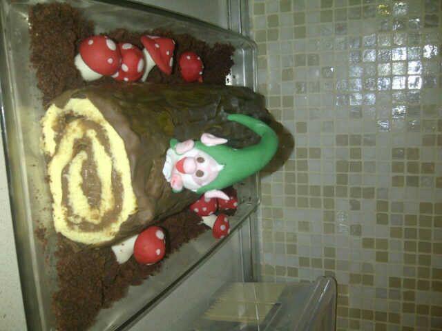Funny christmas cake_ rotolo al cioccolato con gnomo e funghetti