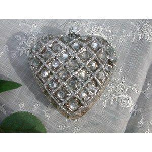 Lekkert glasshjerte i antikksølv med rutemønster og glitter, ca 8 x 8 cm