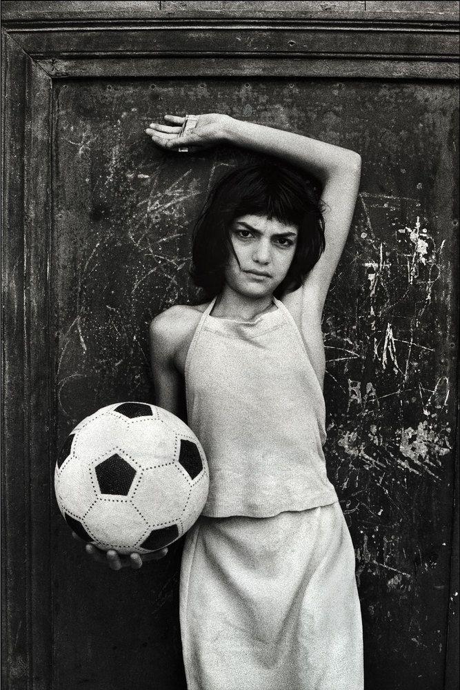 Letizia Battaglia: La bambina con il pallone, quartiere la Cala. Palermo, 1980