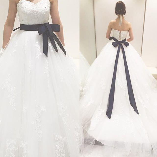 ◌ ͙❁˚ #二次会ドレス や#ウェディングフォト に取り入れたい#サッシュベルト ✨ * 好きな色のリボンをウェストに加えて自分らしさをプラス◎黒や紺などを締め色として使えばスタイルアップも期待できます * 新郎の衣装と色を合わせても素敵ですよね* * photo by @chi3.wedding * #ドレス #ウェディングドレス #リボン #結婚式準備 #卒花 #プレ花嫁 #marryxoxo