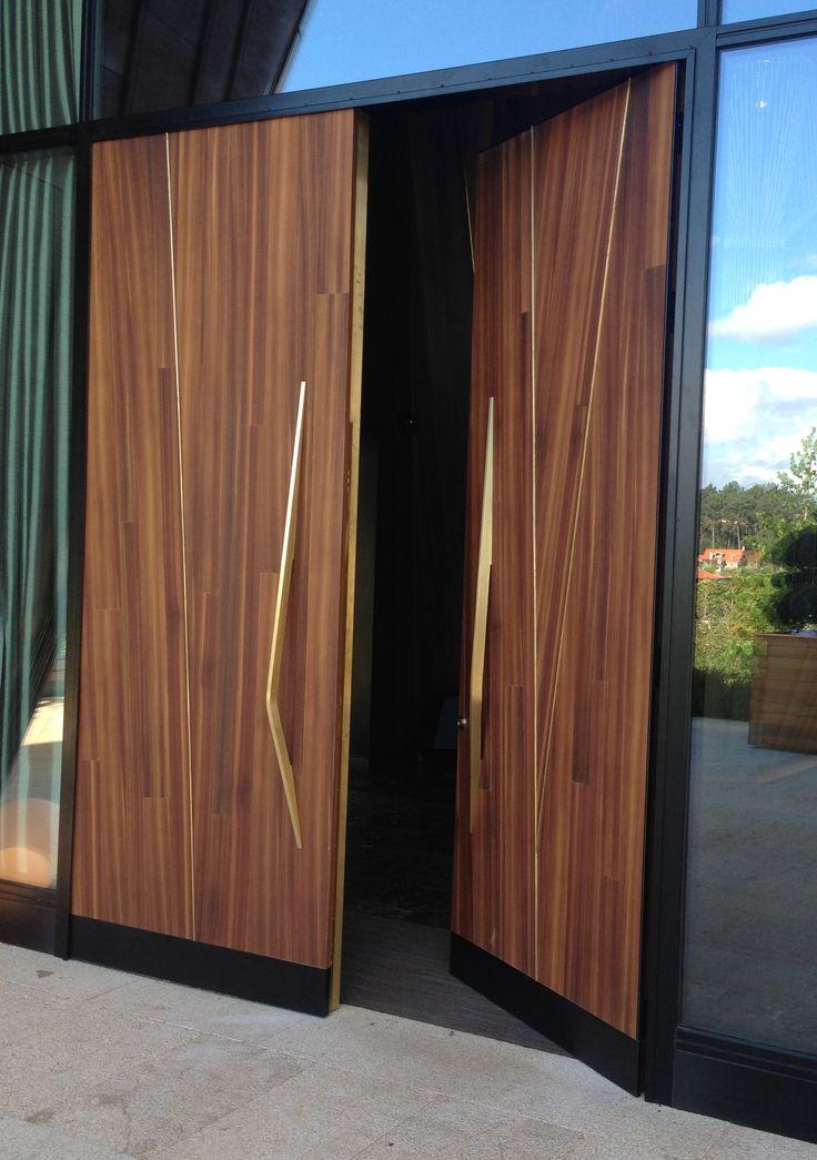 Puerta de acceso principal de la finca Montesqueiro diseñada por  MAS·arquitectura