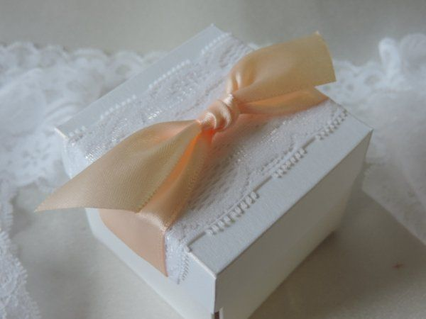 Kézzel készített dobozos esküvői meghívó  gyöngyházfényű ekrü vagy fehér papírból,a doboz tetején csipke és szatén szalag díszítés  A képen barack szalaggal    A legördülő listákból lehet kiválasztani a meghívóra a szalagszínt.