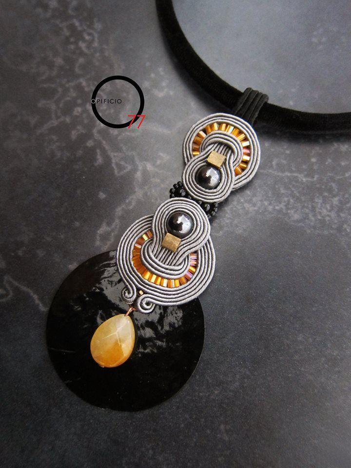 Collana soutache grigio e arancio con perle in ematite, perle in vetro, goccia in pietra dura, elemento di sfondo in conchiglia colorata nera e collier in velluto con chiusura a calamita. Design Giada Zampar, Opificio77.